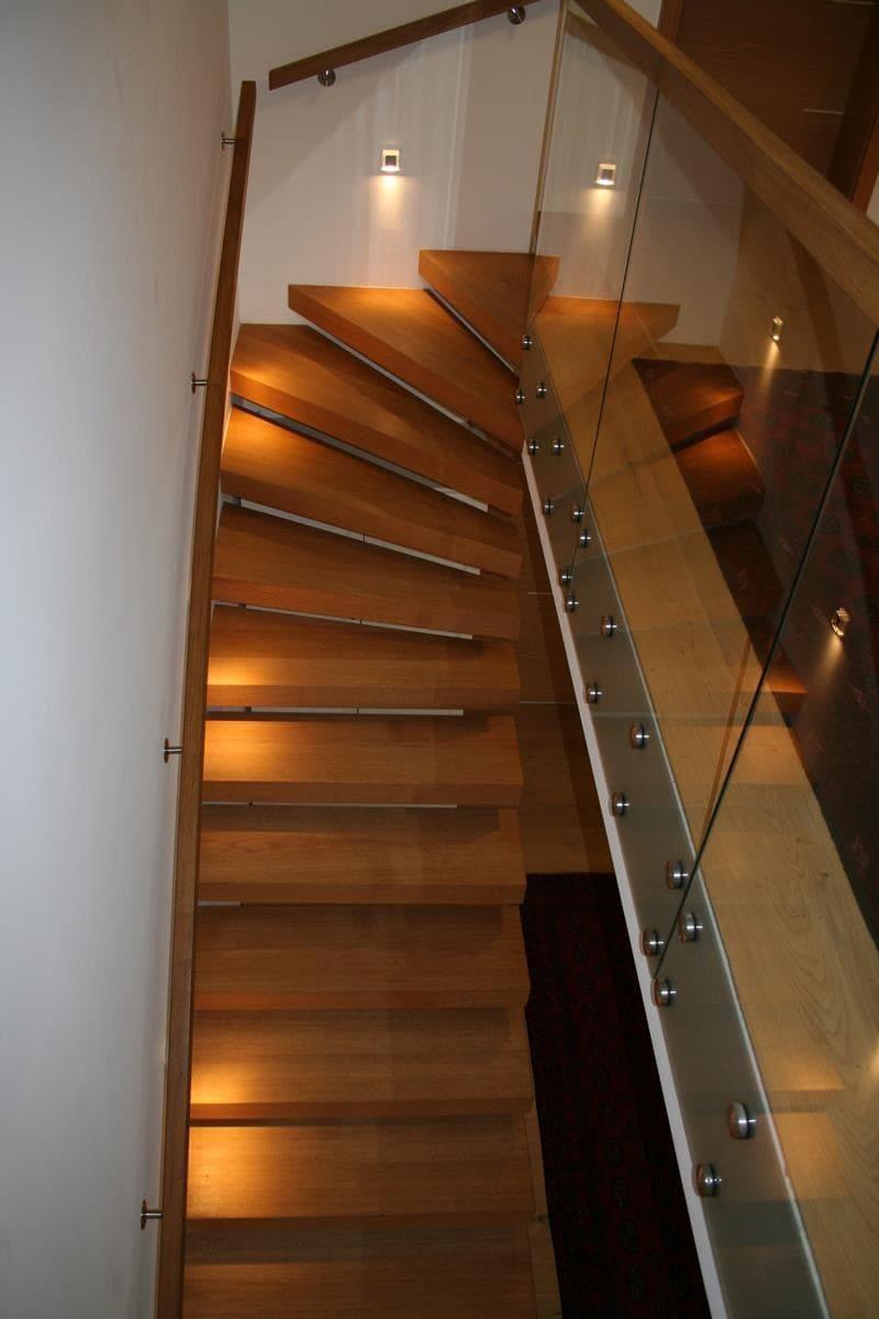 Schwebende Holztreppe