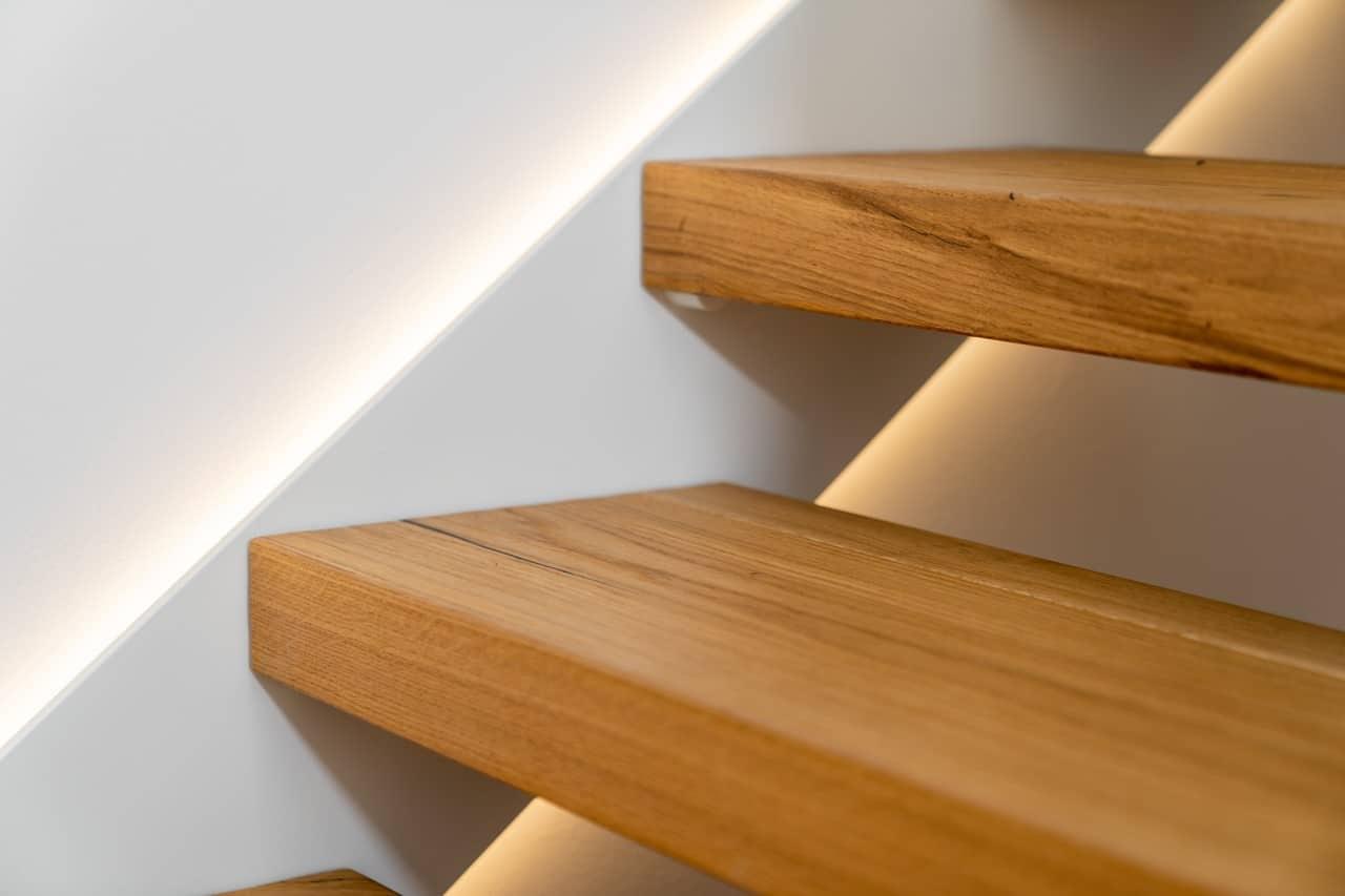 Beleuchtete Treppe mit LED in der Wandwange