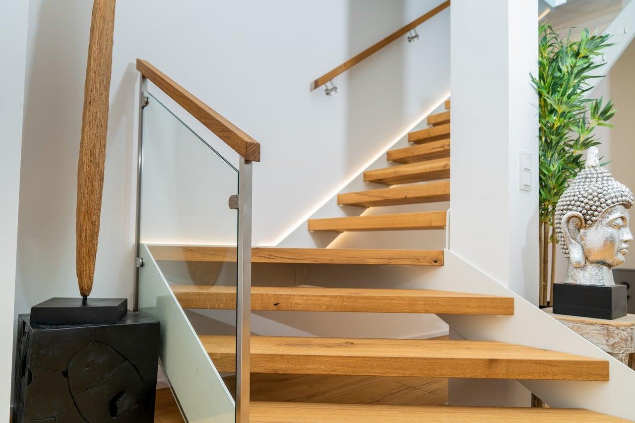 Designtreppe mit weißen Wangen und Eiche Massivholz