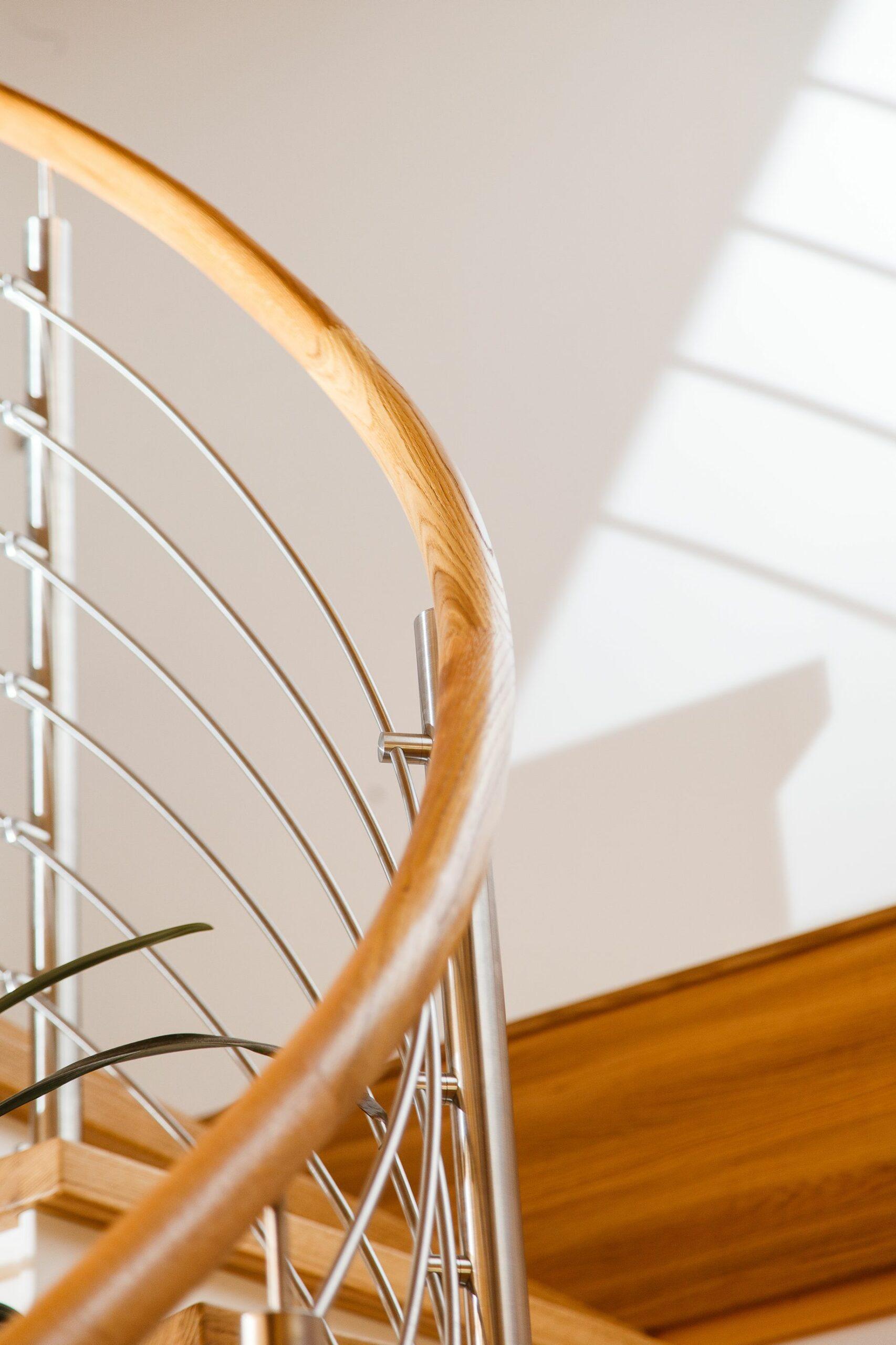 Geländer mit Holzhandlauf