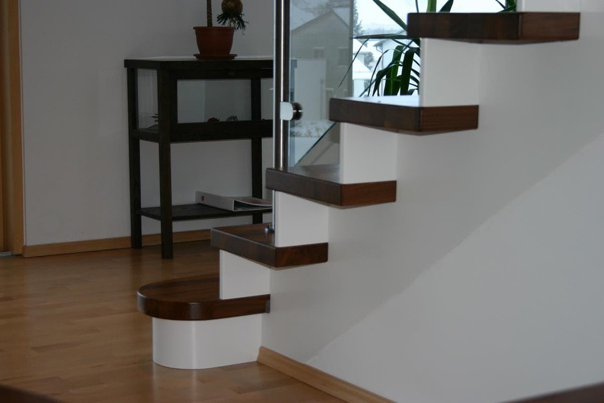 Treppe mit Holm aus Holz